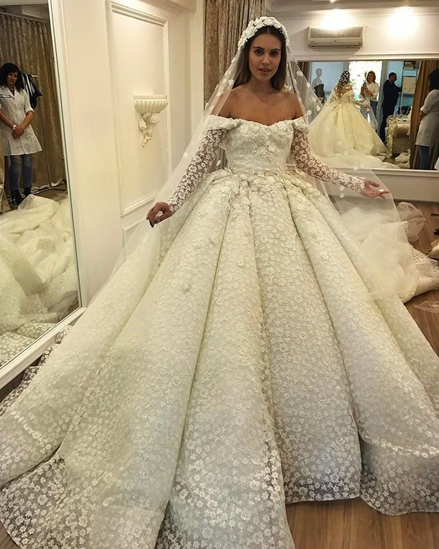 Александра Артемова примеряет свадебные наряды