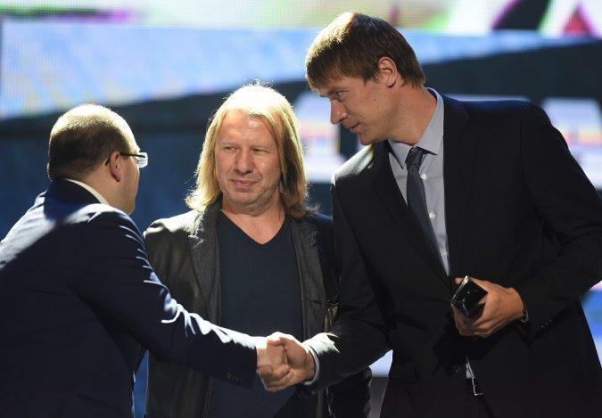 Звёзды вручили награды хоккеистам на церемонии закрытия сезона КХЛ - Фото №2