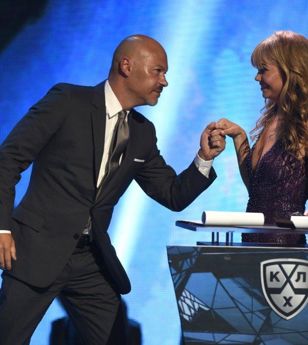 Звёзды вручили награды хоккеистам на церемонии закрытия сезона КХЛ - Фото №8