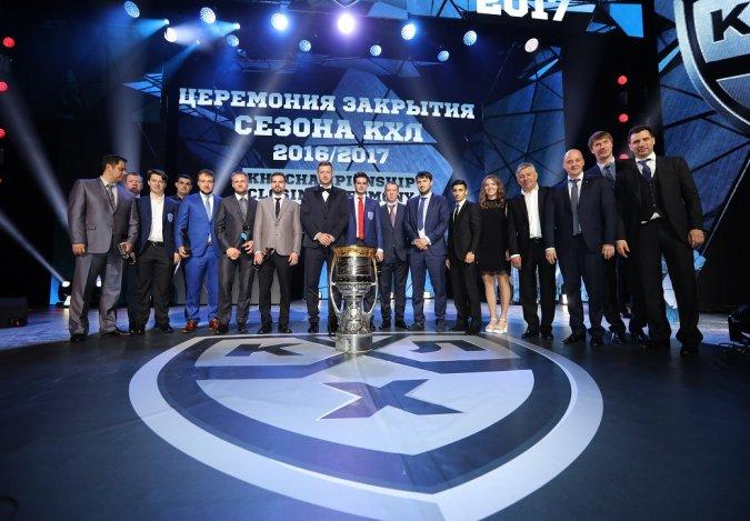 Звёзды вручили награды хоккеистам на церемонии закрытия сезона КХЛ - Фото №1