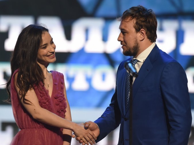 Звёзды вручили награды хоккеистам на церемонии закрытия сезона КХЛ - Фото №3