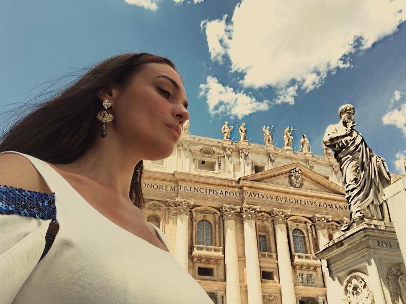 Алена Водонаева принимает поздравления с бракосочетанием