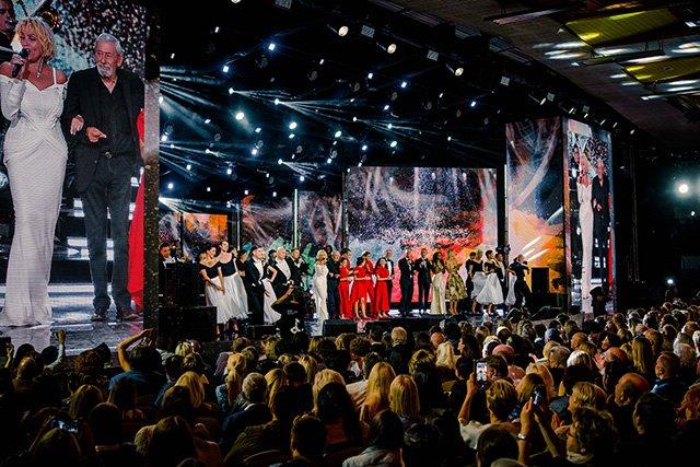 Звёзды на закрытии фестиваля Лаймы Вайкуле в Юрмале - Фото №13