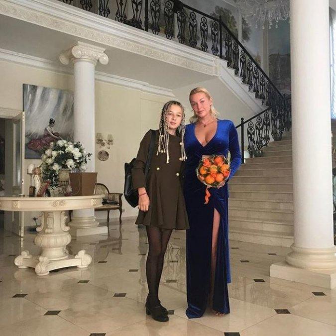 Водонаева, Погребняк, Лобода и другие звёздные родители отвели детей в школу - Фото №11