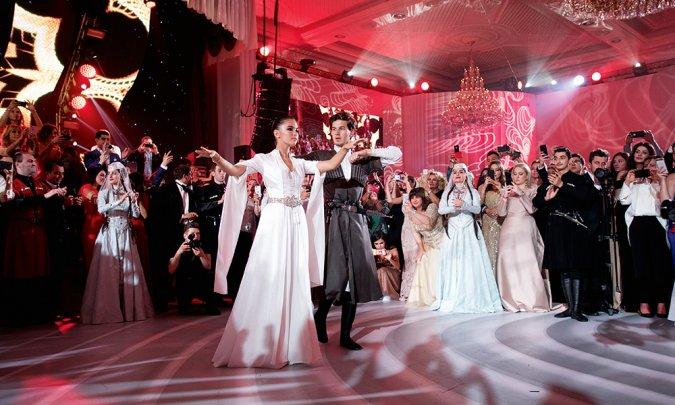 Самые шикарные свадьбы знаменитостей, сыгранные во второй половине лета - Фото №13