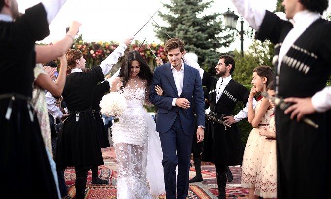 Самые шикарные свадьбы знаменитостей, сыгранные во второй половине лета - Фото №15