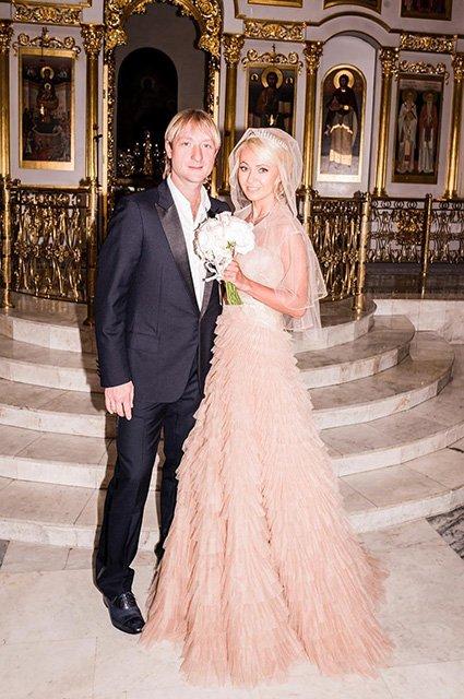 Наряды невесты и звездные гости на венчании Рудковской и Плющенко