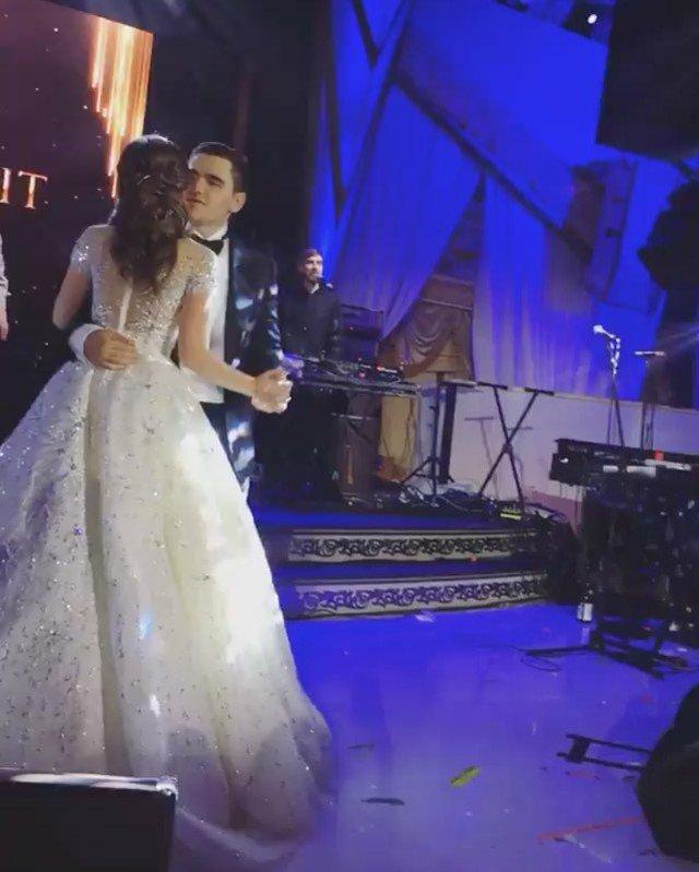 Алла Пугачева в соблазнительном мини выступила на свадьбе Карена Карапетяна