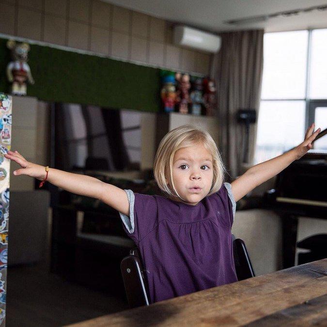 Самые красивые и популярные дети звёзд - Фото №9