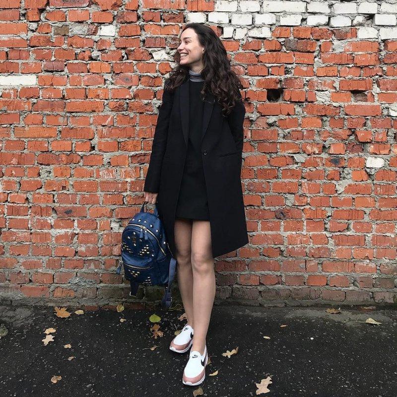 Виктория Дайнеко отправилась на прогулку в панталонах