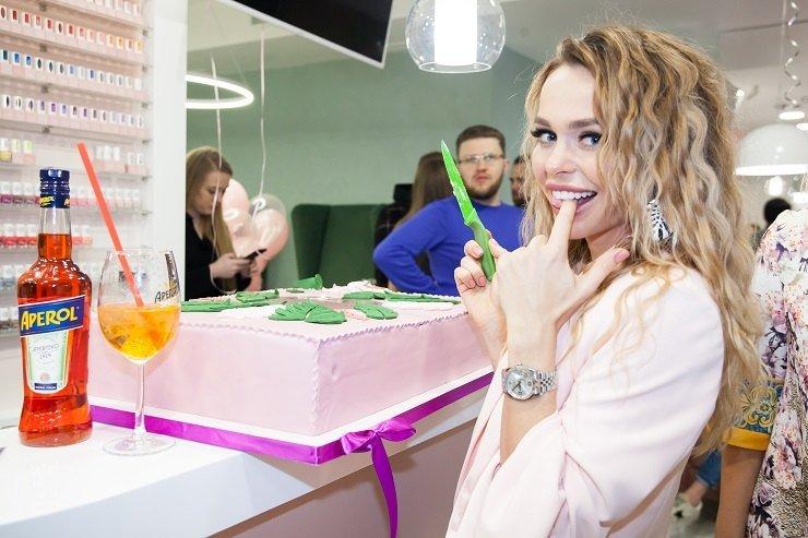 Фолловеры раскритиковали десертный стол на открытии студии Анны Хилькевич