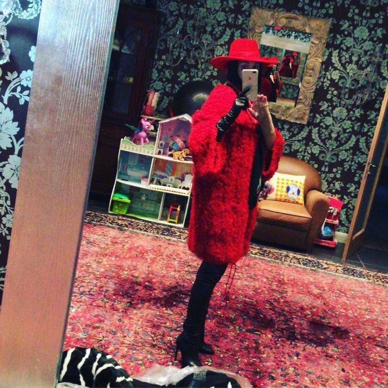 Певица Слава показала свой вариант образа Красной Шапочки