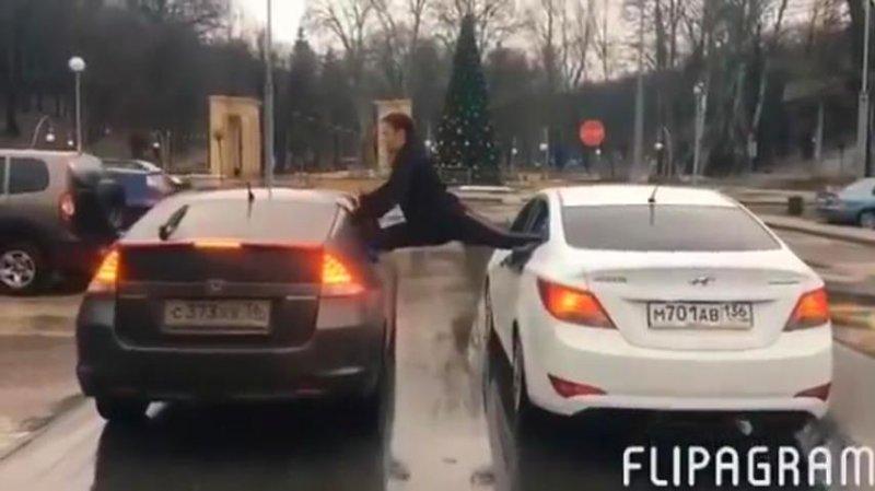 Житель Воронежа повторил эпичный шпагат Ван Дамма