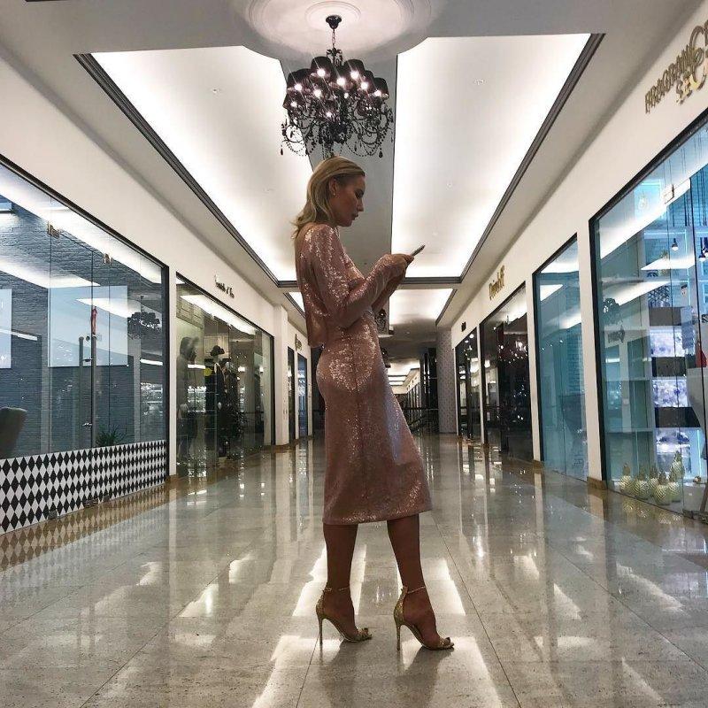 Стильный костюмчик наряжающей елку Елены Летучей произвел фурор в Сети