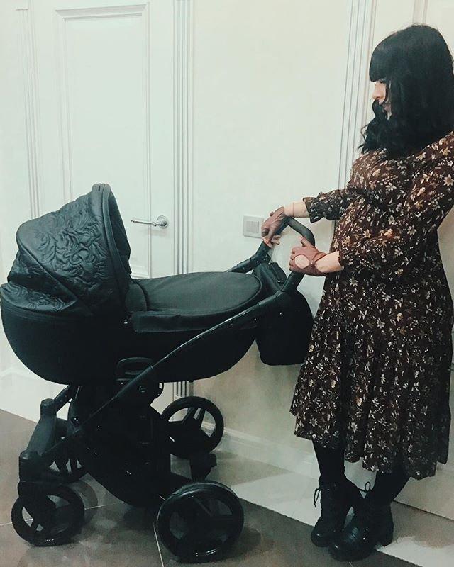 Нелли Ермолаеву критикуют за детскую коляску черного цвета