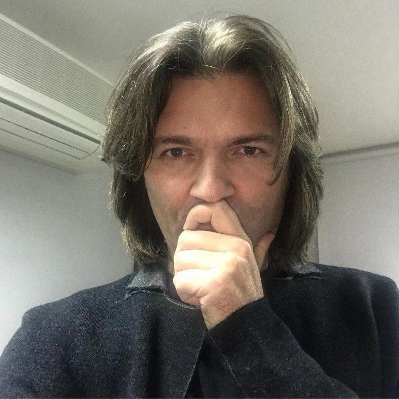 Дмитрий Маликов поздравил поклонников рождественской мелодией
