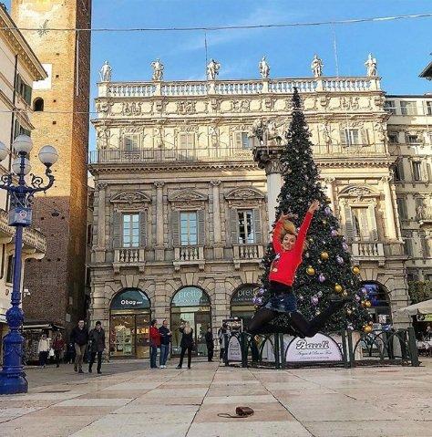Ксения Алферова взлетела над площадью в Вероне
