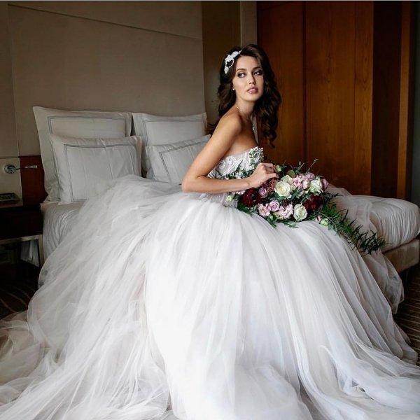 Анастасия Костенко опубликовала в сети снимок в свадебном платье