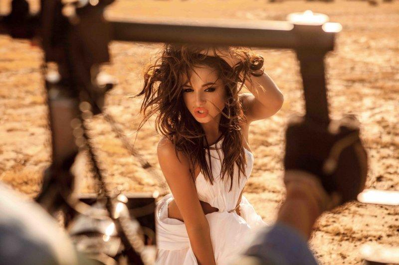 Нюша дала волю чувствам в пустыне