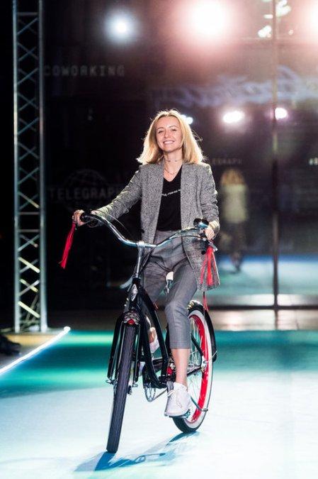 Летучая, Сысоева и другие знаменитости проехались по подиуму на велосипедах - Фото №6