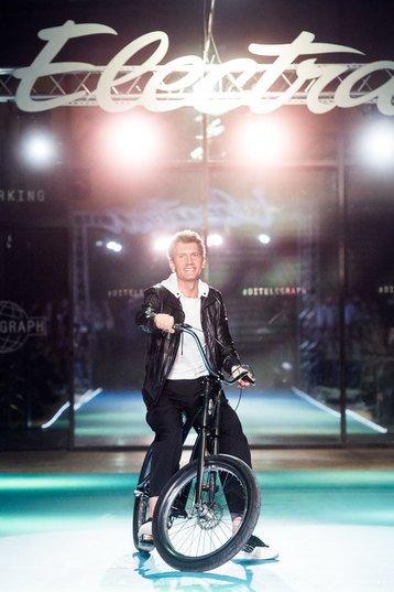 Летучая, Сысоева и другие знаменитости проехались по подиуму на велосипедах - Фото №5