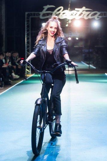 Летучая, Сысоева и другие знаменитости проехались по подиуму на велосипедах - Фото №8