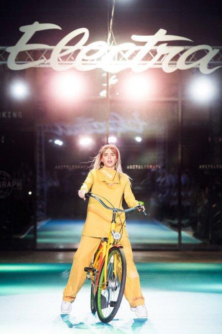 Летучая, Сысоева и другие знаменитости проехались по подиуму на велосипедах - Фото №4