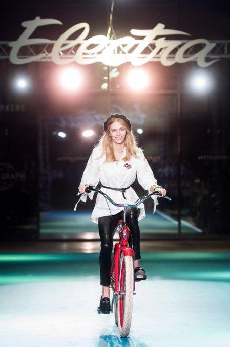 Летучая, Сысоева и другие знаменитости проехались по подиуму на велосипедах - Фото №10