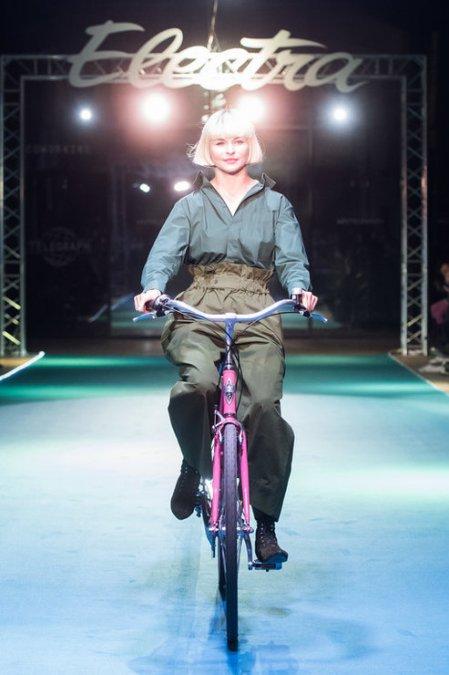 Летучая, Сысоева и другие знаменитости проехались по подиуму на велосипедах - Фото №7