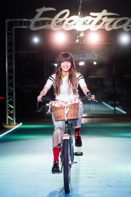 Летучая, Сысоева и другие знаменитости проехались по подиуму на велосипедах - Фото №3
