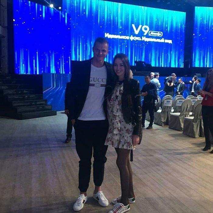 Дмитрий Тарасов вывел в свет беременную супругу