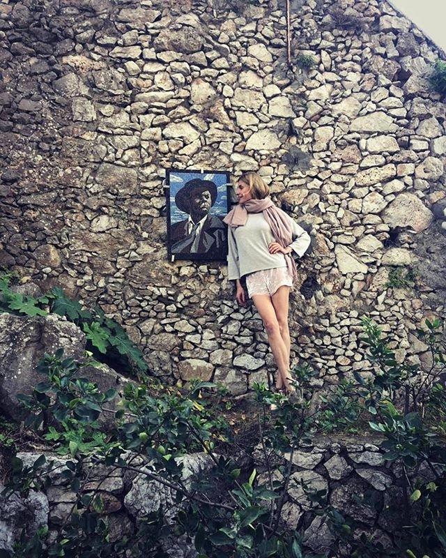 Итальянский ветер почти полностью сорвал с Любови Толкалиной платье