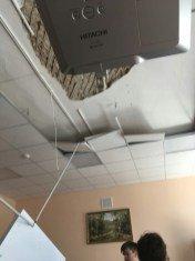 В недавно отремонтированной школе рухнул потолок прямо на головы учеников
