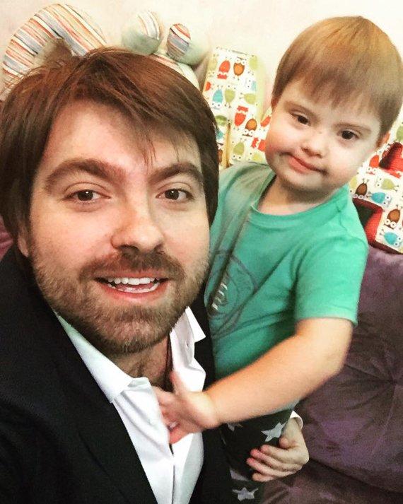 Бывший муж Эвелины Бледанс замечен на прогулке с новорожденным