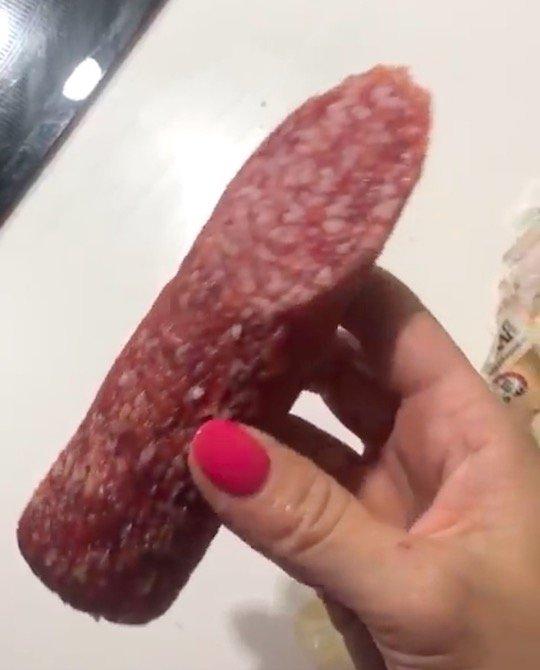 Россиянка показала, что случается с колбасой после двух с половиной часов в посудомойке