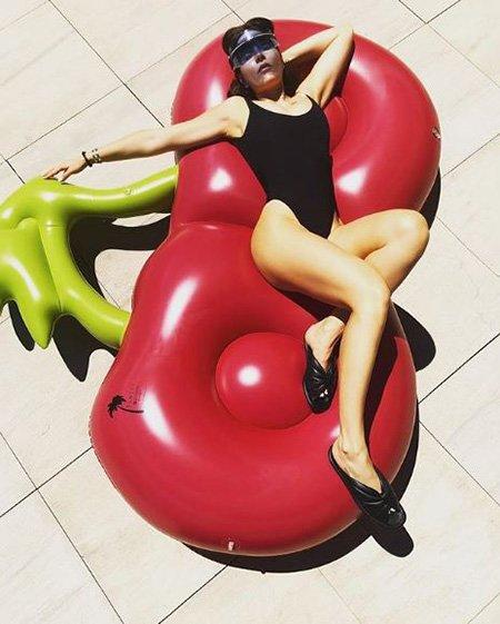 Звёзды в отпуске: Гагарина, Толкалина, Темникова и другие хвастаются фигурами в купальнике - Фото №10