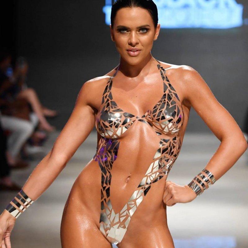 Новый тренд: в Майями представили купальники из клейкой ленты