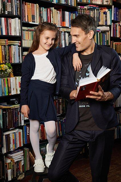 Звёзды и их дети в лукбуке школьной формы от H&M - Фото №4
