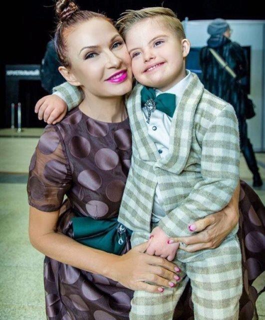 Эвелину Бледанс раскритиковали за «постельное» фото с особенным сыном