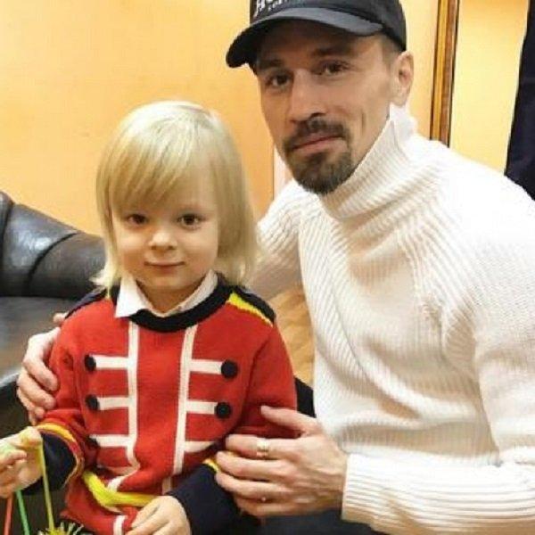 Александр Плющенко учит Диму Билана кататься на коньках